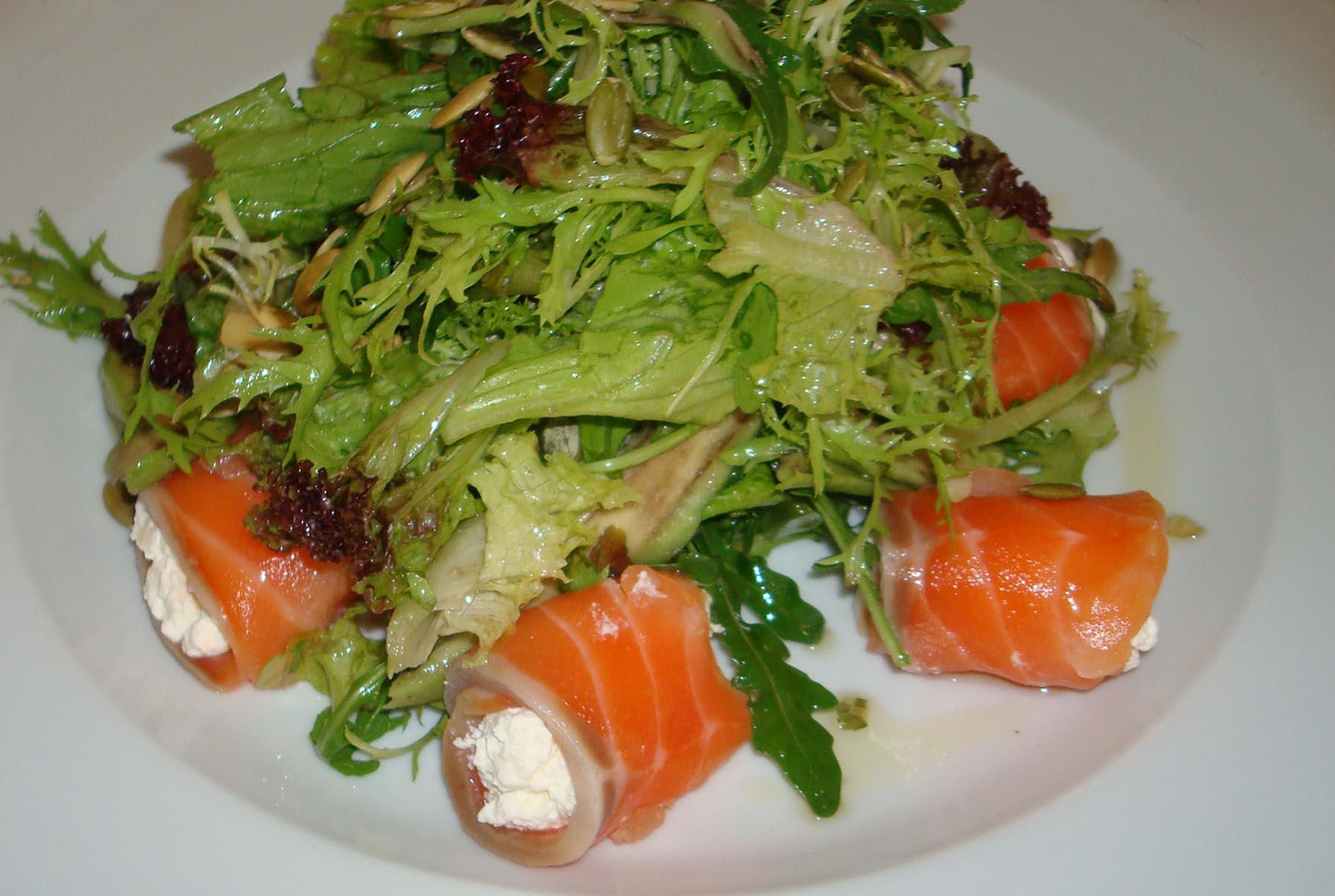 Этот салат как раз относится к таким кушаньям – он калорийный и очень питательный.