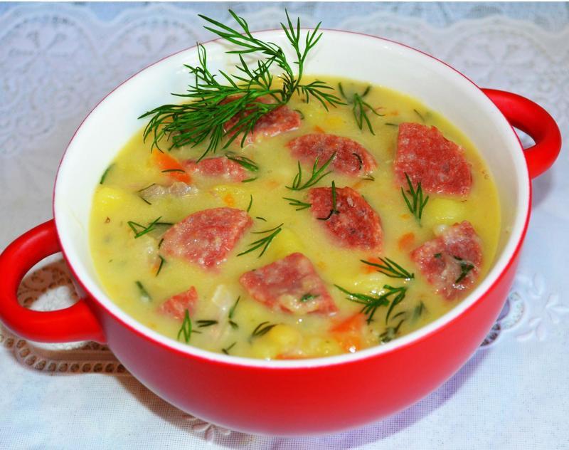 В жир после колбасок выкладываем лук, жарим минуты, добавляем подготовленную натертую морковь, жарим 3 минуты и добавляем кубики картофеля, перец.