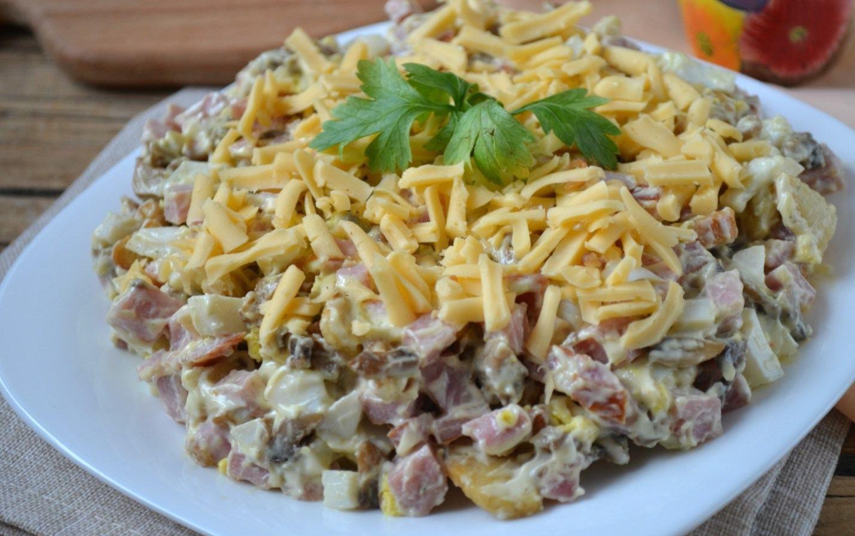 Репчатый лук, заранее очищенный, мелко нашинкуйте и соедините все вышеуказанные ингредиенты в глубоком салатнике.